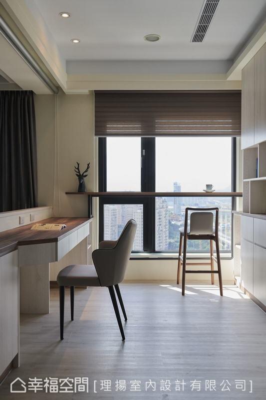 吳函霖設計師特別訂製的窗前吧檯桌,以造型俐落的桌腳輔以高腳椅,展演質感閒適的居家面貌,台北市景盡收眼底。