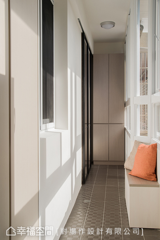 收納機能靠邊站,包括鞋櫃、穿鞋椅和端景收納櫃,讓玄關得以沐浴在自然光中。