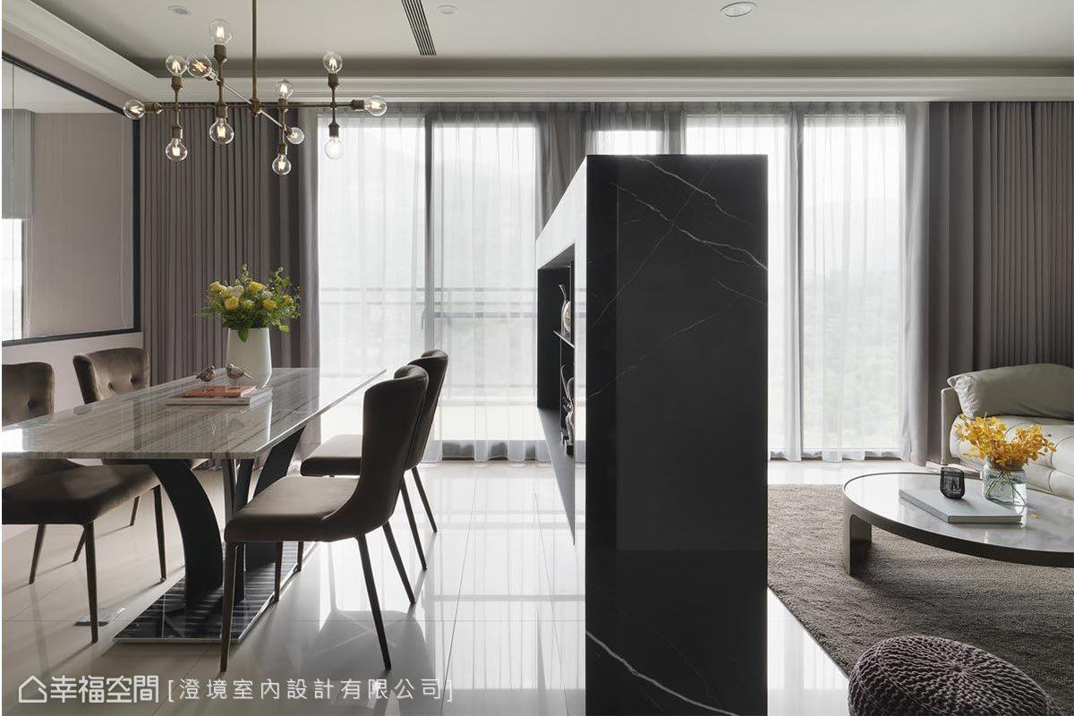 大理石電視牆的背面作為餐櫃及展示櫃使用,一牆兩用,充份發揮物盡其用的特質。