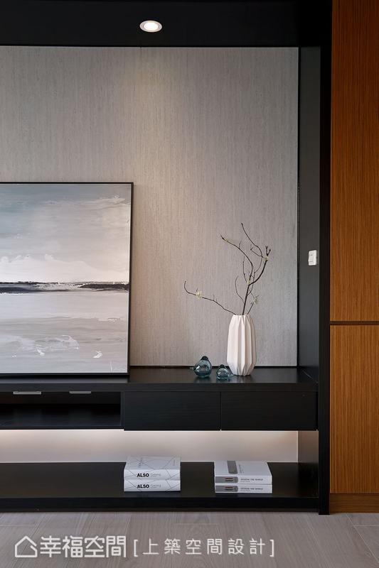 電視主牆以特殊的仿岩石美耐板襯底,搭配燈光的溫潤牆面色感,為現代風的俐落帶來不失溫暖的視覺對比感。