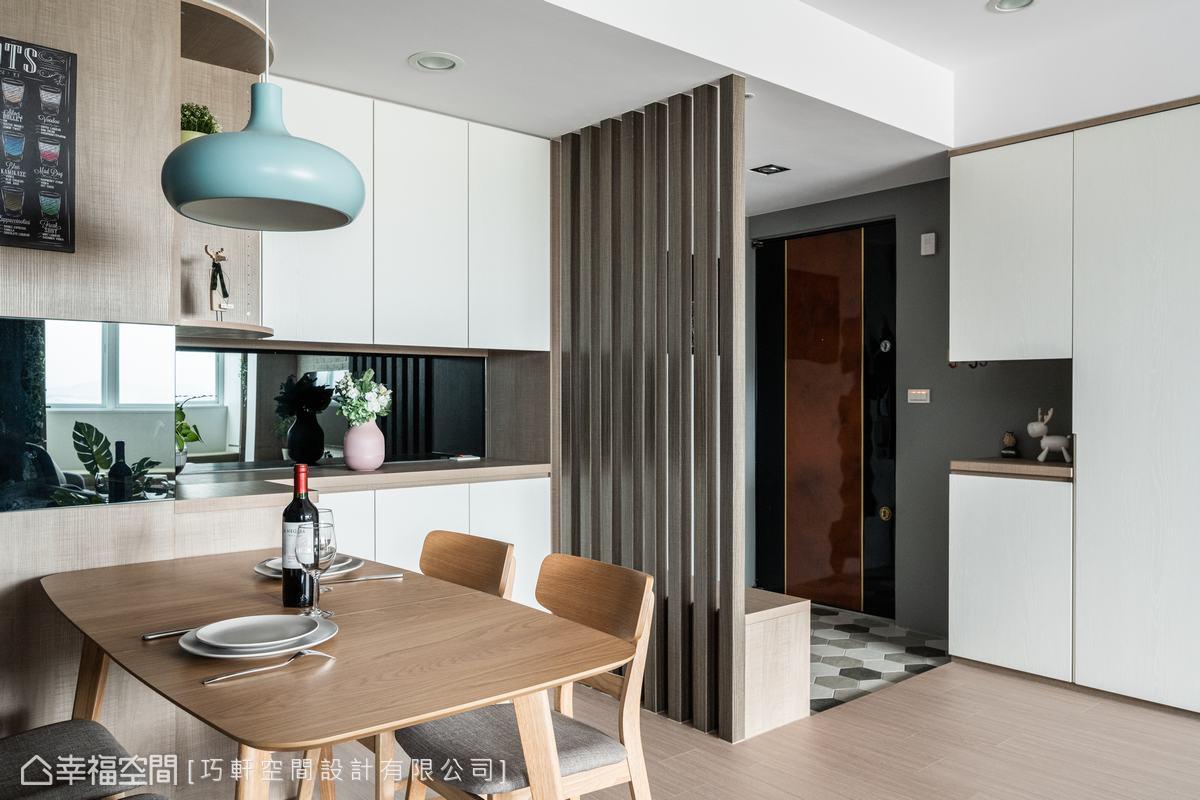 白色調與自然木作的肌理,為簡約空間捎來溫度,展示櫃透露著主人的興趣及喜好。