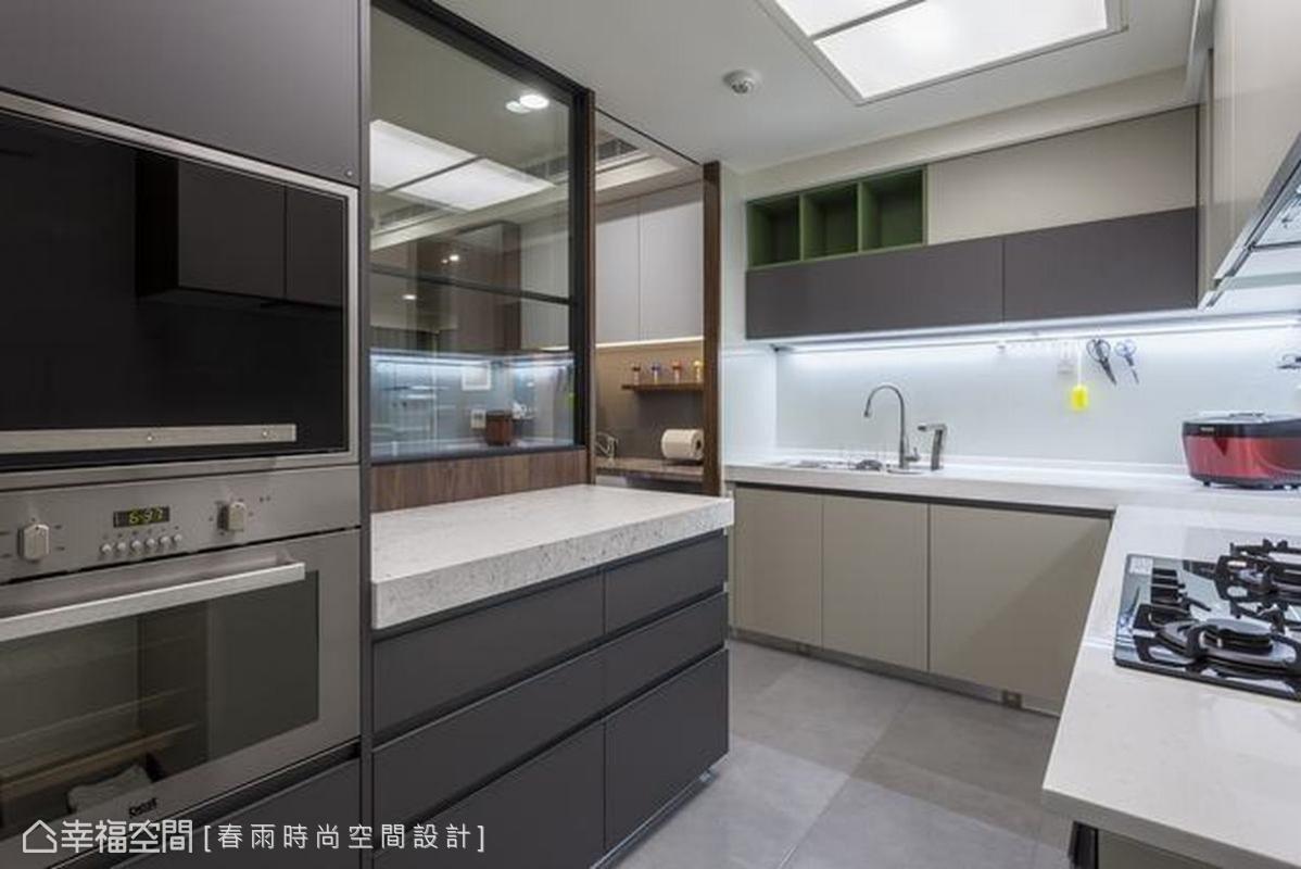 周建志設計師以米白、鐵灰雙色建構出明亮的廚房,餐櫃、電器櫃各得其所,方便屋主整理廚房,玻璃窗也能讓烹飪中的家人關注公共區域動態。