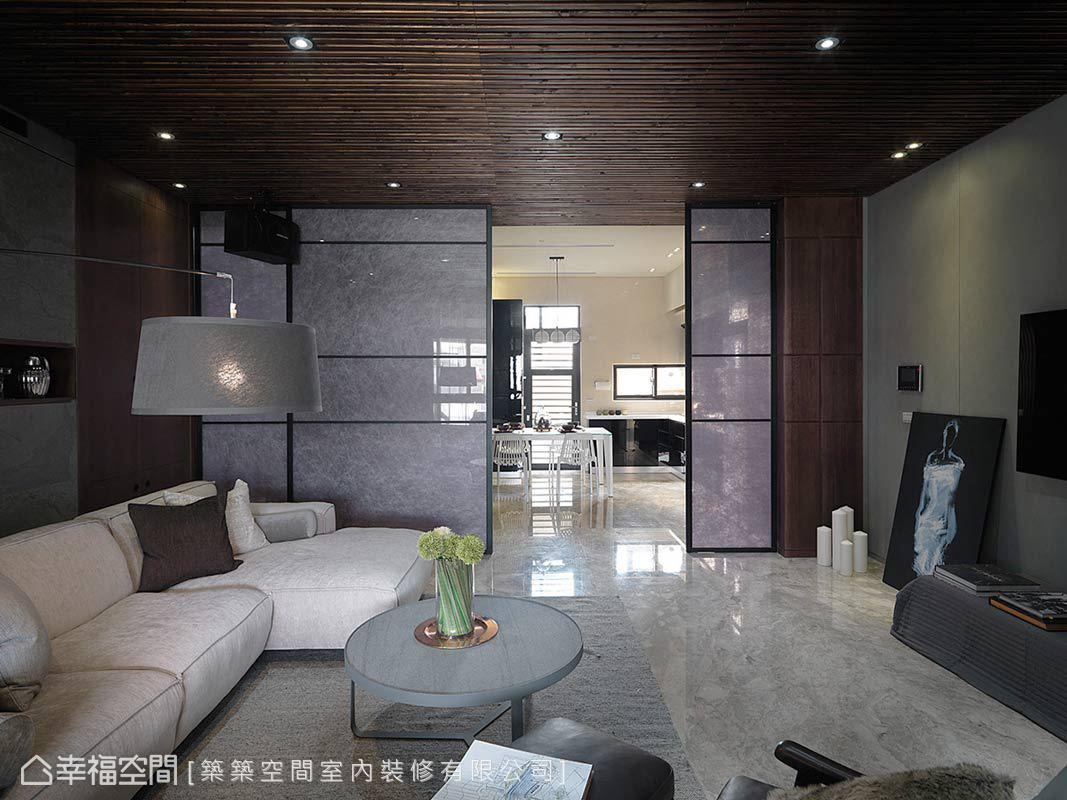 客廳與餐廚區透過視覺軸線的串聯,讓前後的光線可以彼此互通,也藉由夾紗玻璃拉門劃分兩區的場域機能。