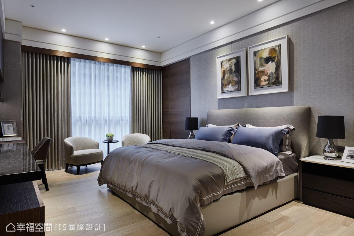 內斂的淺灰鱷魚紋壁布鋪敘主臥床頭背牆,搭配淺色調木紋地坪,形塑簡單俐落的沉穩舒眠氣息。