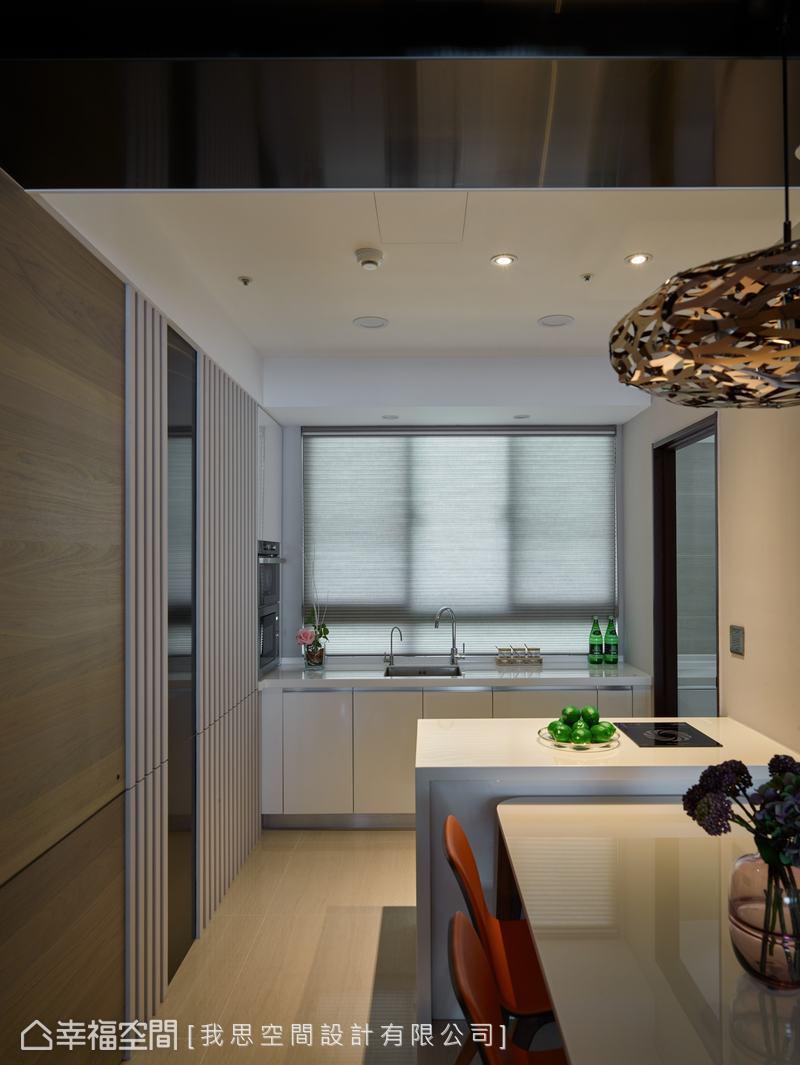 牆面白色格柵搭配清爽流理台及廚具,形成清新簡約的現代風格。