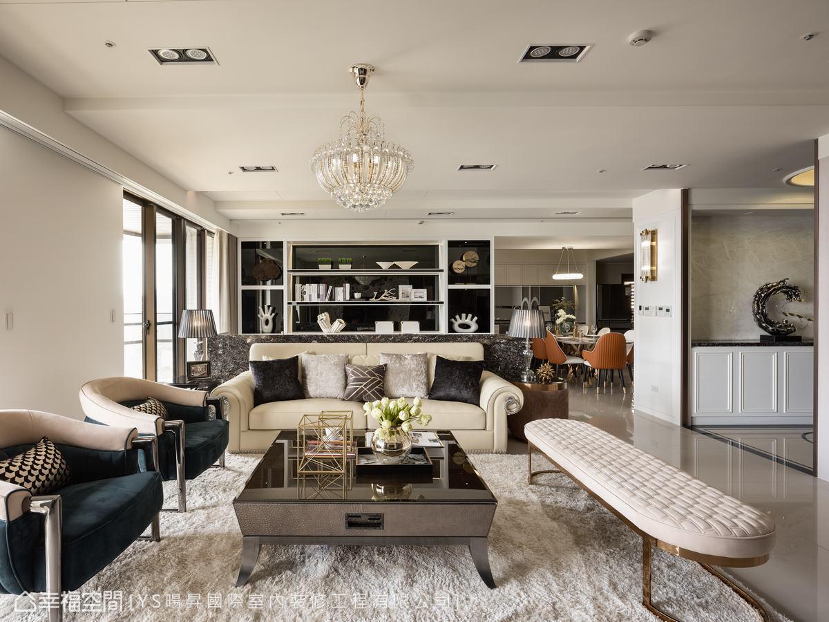 客廳後方為古典美式風格的開放式閱讀區,提供了收納與展示功能。