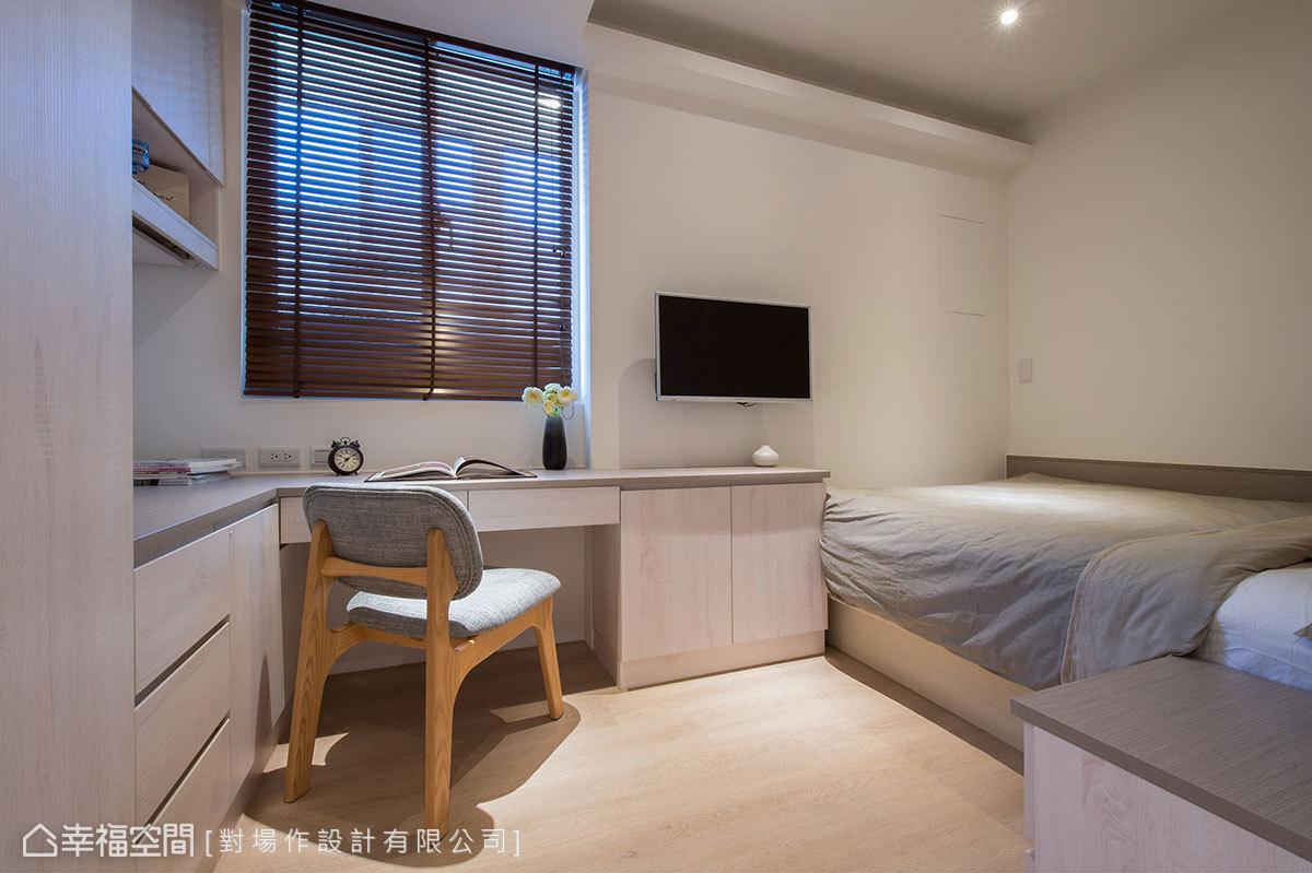 透過適度的格局調整,讓空間擁有方正四房,每間臥室都配置雙人床、衣櫃、書桌、電視,打造出舒適愉悅的休憩空間。