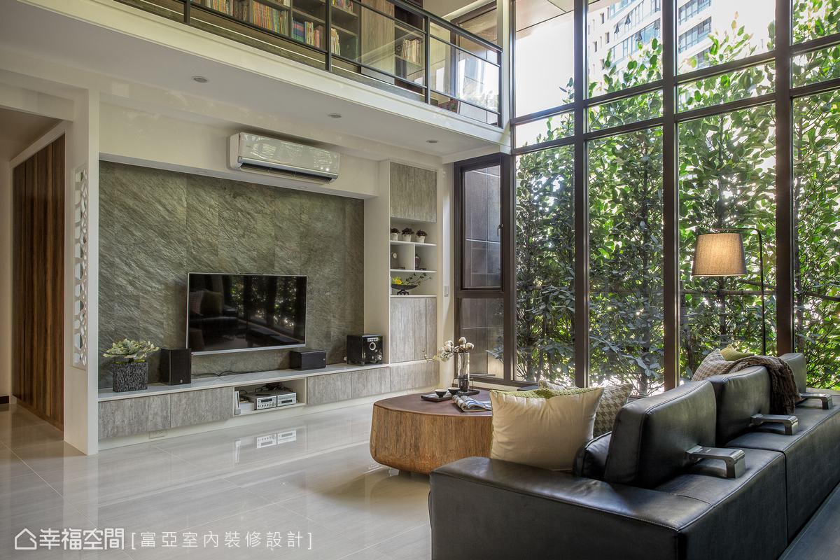 電視主牆採用石材薄片,左側屏風以鏤空樹枝意象表現,與窗外的高植栽相互輝映,饒富大自然的生趣。