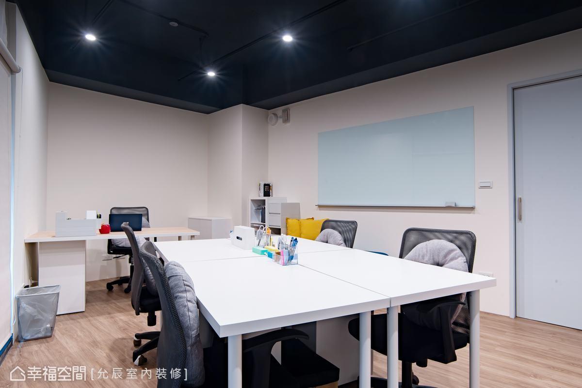 以白色為基底,搭配同色的辦公桌,勾勒簡潔、明淨的現代簡約風格。