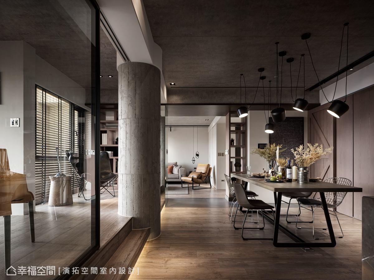 餐廳旁牆面以木皮及穀倉門構畫一氣呵成的流暢感,但內部藏匿大量收納櫃體及迷你輕食區,提升便利性。