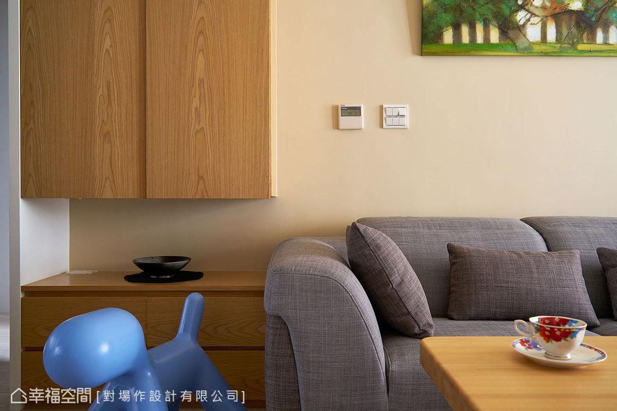 暖色系呈現的客廳場域,簡單綴上一幅繽紛畫作,即可輕鬆呈現小家庭的溫馨氣息。