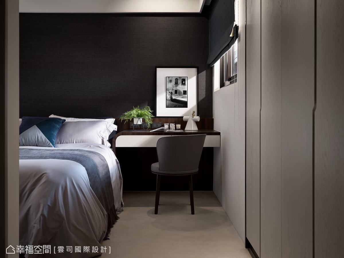 現代風沉穩的顏色營造舒適、愜意的客房,床頭延伸桌設計,增加功能性,也讓空間的利用更豐富。