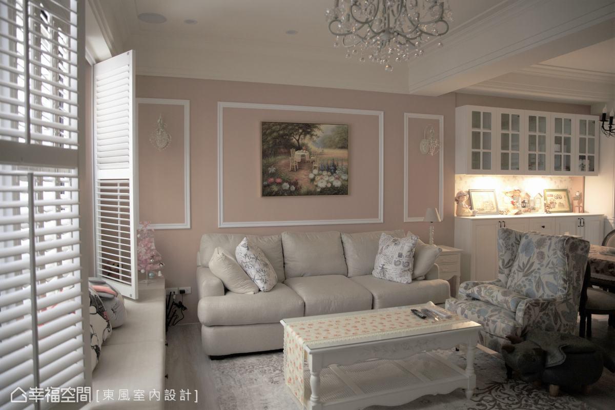 林嘉慶設計師在客廳空間,以柔美的粉嫩珊瑚橘作為客廳主牆,輕巧點出女主人的溫柔氣韻,搭配對稱的歐式壁燈,增添空間雅致情調。