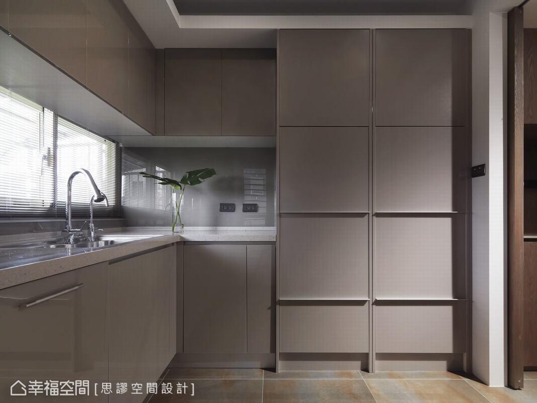 廚房櫃面使用系統櫃,讓預算能最佳化運用,白色櫃體與料理檯面形塑料理的最佳伸展台,讓美食能成為絕佳主角。