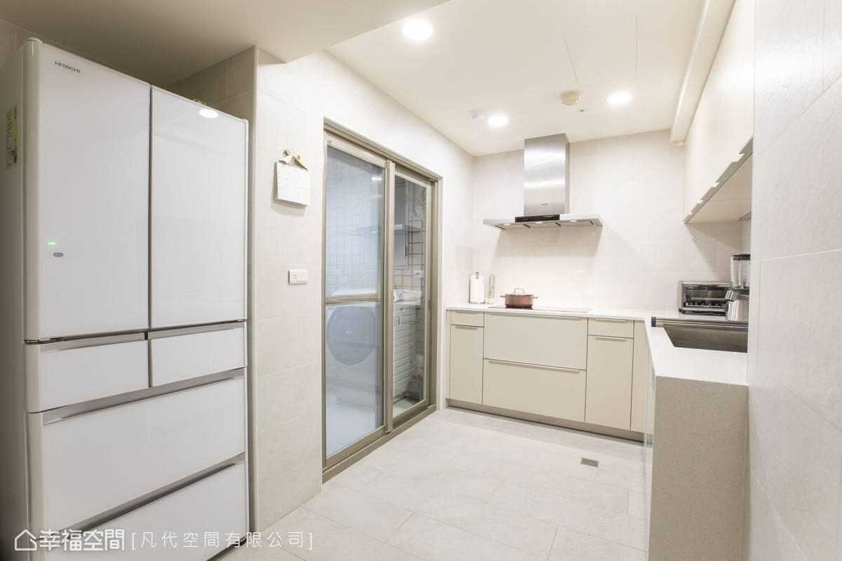 延伸空間主題,選用白色系廚具,塑造通透深邃景深。
