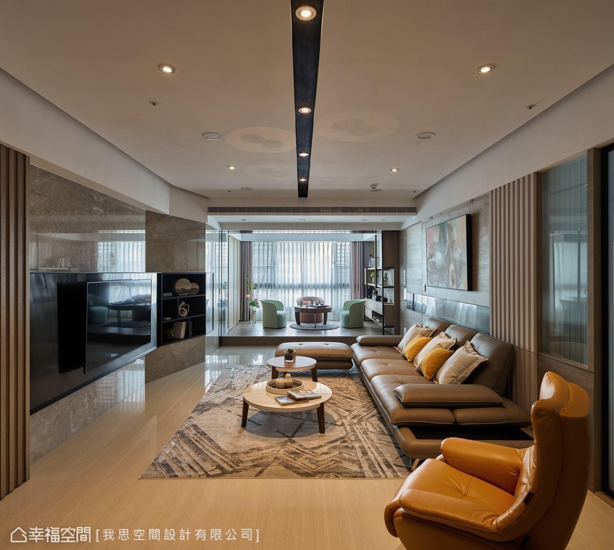 場域中運用許多線條,如木格柵、天花燈條、電視牆轉折稜線等,強化現代風質感與俐落氣場。