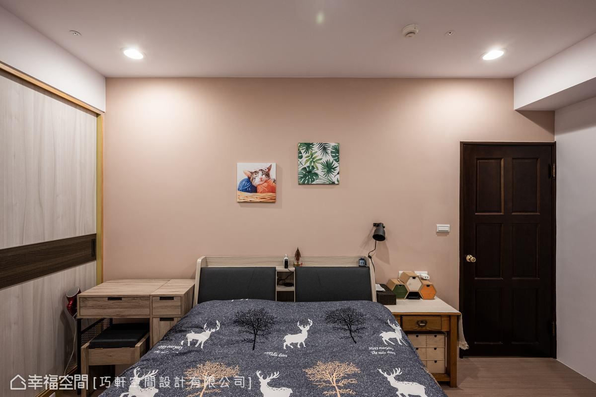延續一貫的淡雅色調,床頭牆透露著一絲絲粉橘,是私領域裡溫柔軟綿的情調。