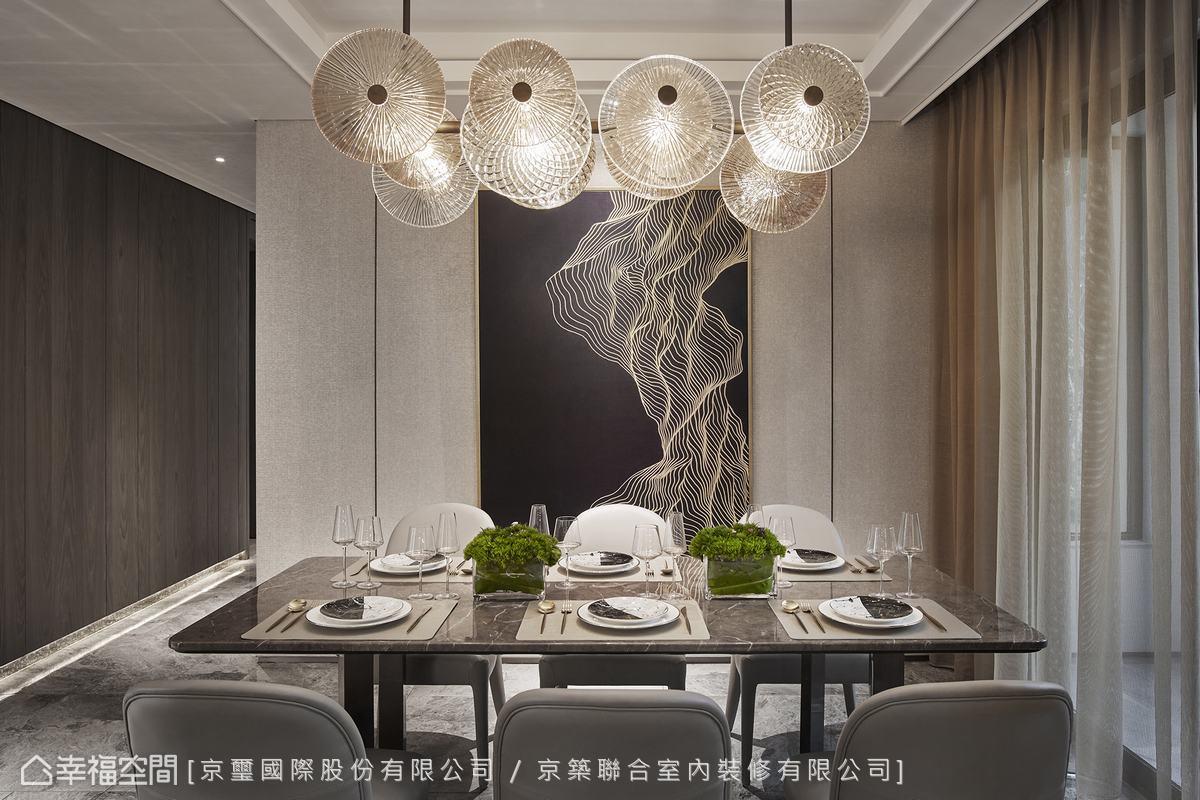 精選燈飾與牆上畫作的線條相互呼應,延展出清新脫俗的唯美藝文感。