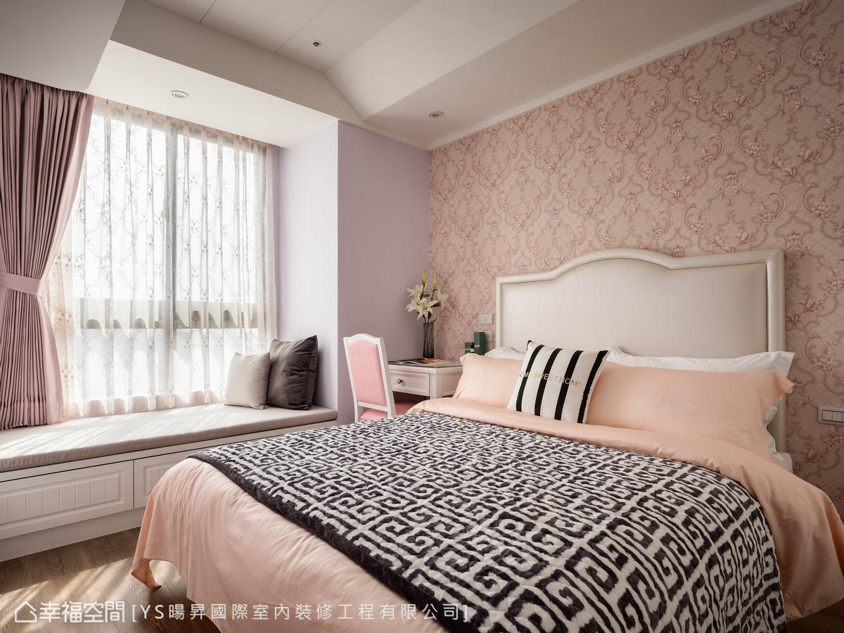 女兒房以粉紅色為主題,窗前配置臥榻,佐以日光,在此閱讀休憩格外優雅。