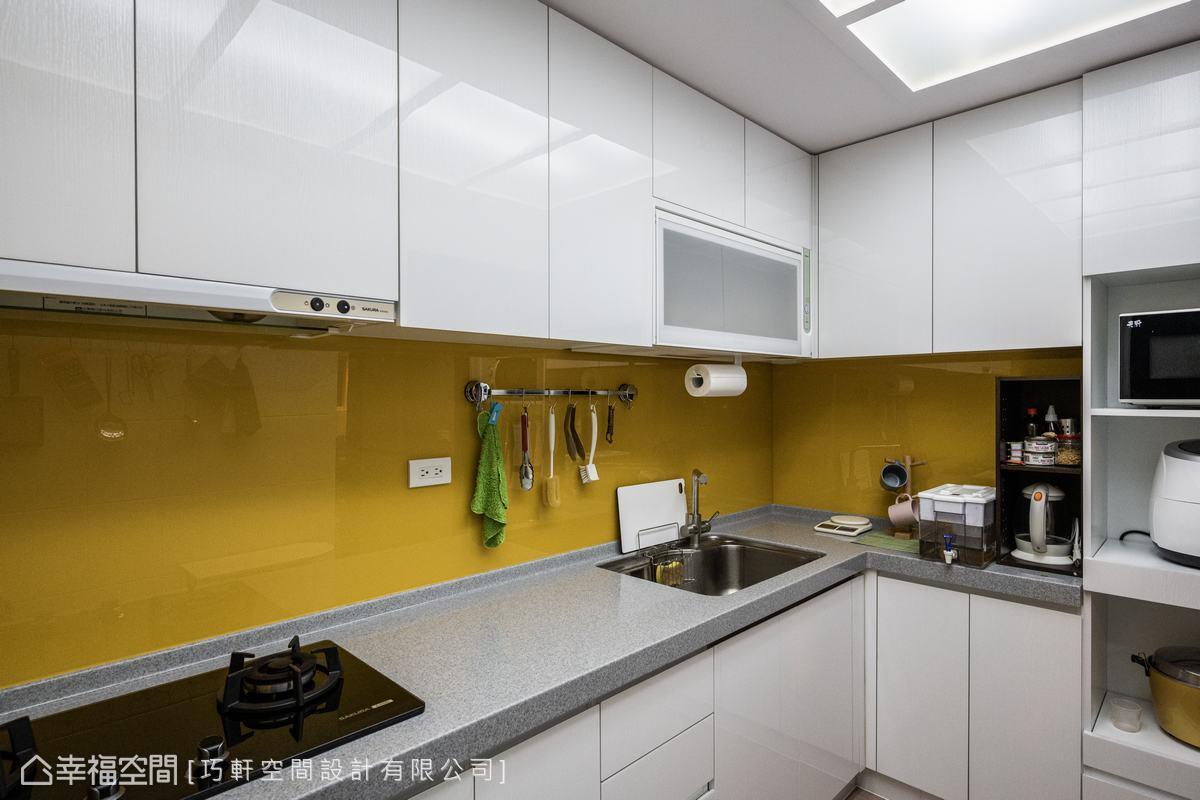 置換掉原本老舊的廚具設備,換上一襲潔淨明亮的生活態度。