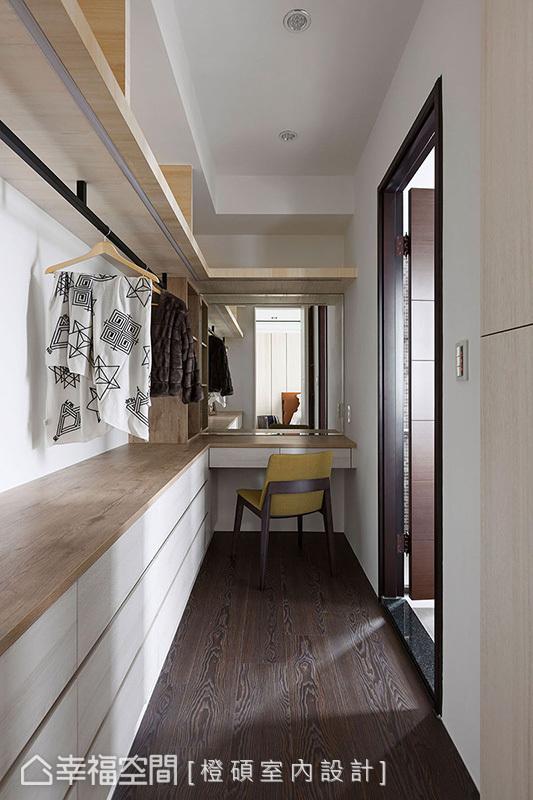 順應女主人生活習慣,將梳妝台設置在更衣室,並與衣櫥緊密相連彷彿一體成形般,消弭了牆面與柱子之間形成的內凹畸零地。