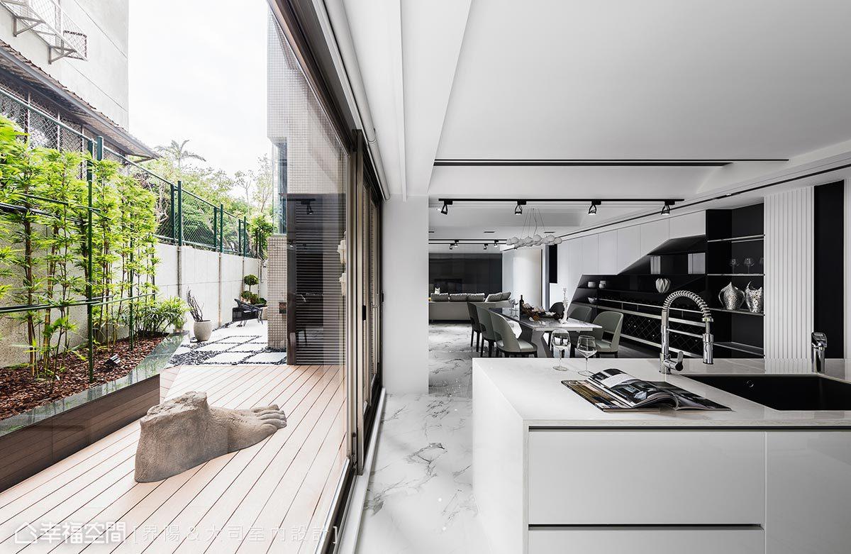 由結構技師確認結構安全無虞後,設計總監馬健凱決定進行外牆切窗,讓室內與庭院同時受惠。對內,有了日光、微風和竹枝共生;對外,因造景整頓及增加進出動線,也提高了庭院的日常使用頻率。