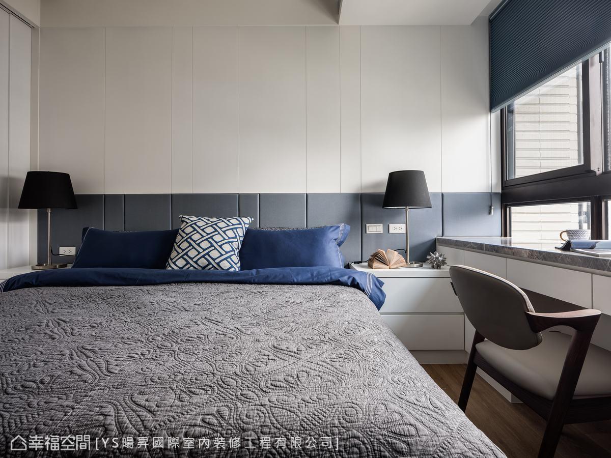 床頭牆以藍白相襯,直線線條修飾窗邊大樑的壓迫感,反而增添了些許清爽感受。