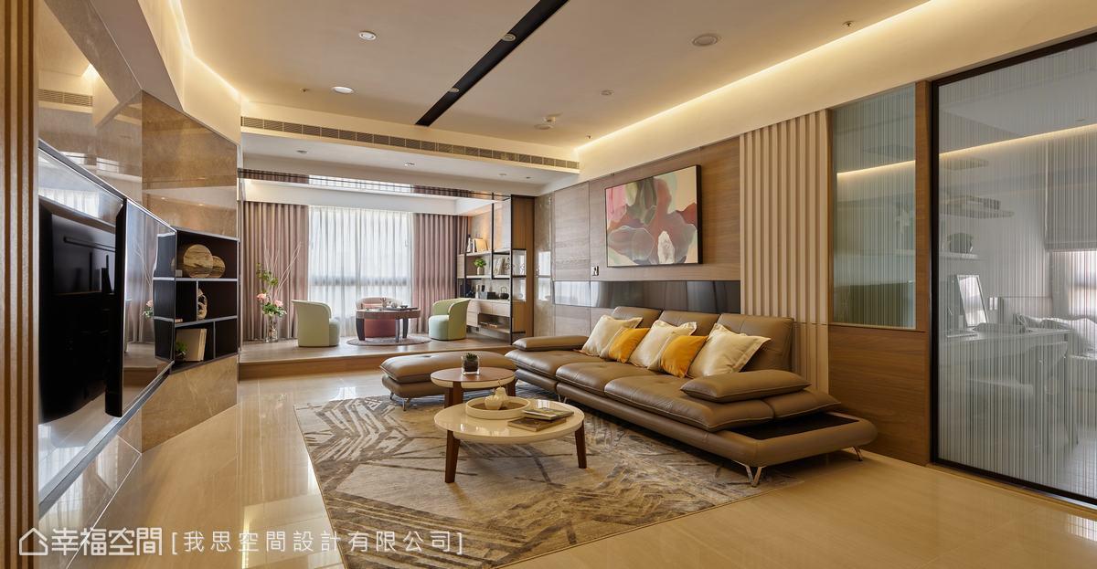 客廳設置環狀燈帶修飾天花,斜角處呼應電視牆的轉折造型,中間黑色線條嵌燈強化線性延伸效果。