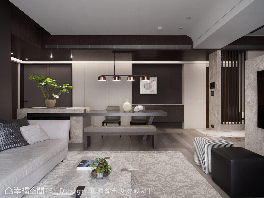 從客廳瞻看餐廳空間,利用深色天花與深灰立面架構出的用餐區彷彿被置入在一個黑色畫框中。