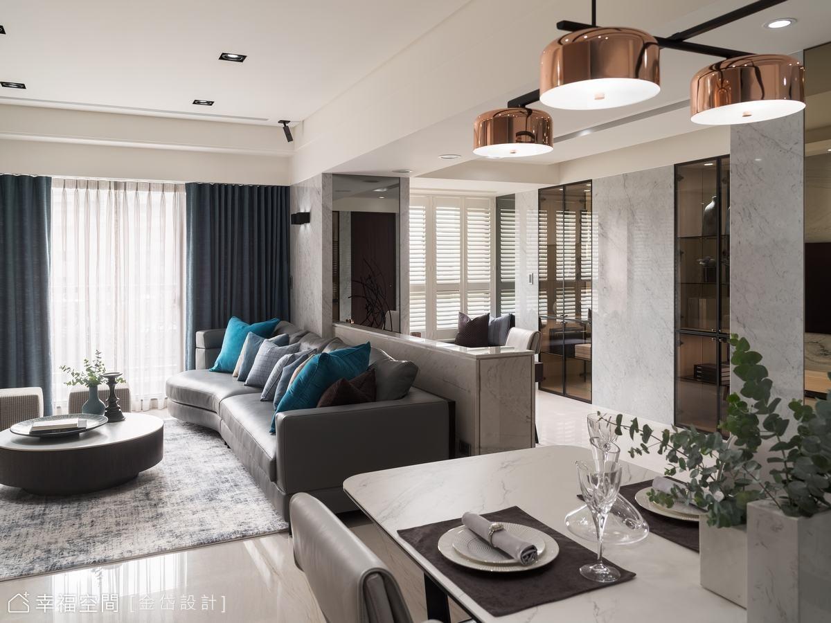 沙發後方結構柱以灰鏡包覆虛化厚重感,兩側用石材包覆,一路延伸到書桌,鋪墊細緻質感。