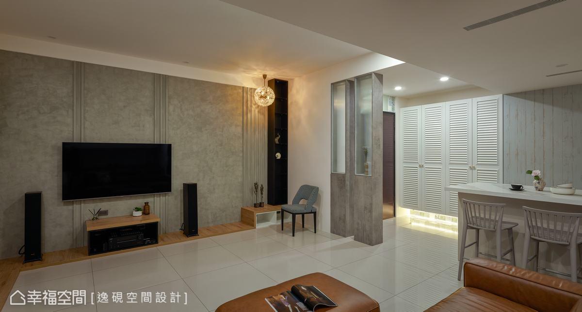 自玄關進入,以2座展示櫃當作隔屏,木作工法打造的系統櫃,搭配異材質玻璃,保有採光穿透性,也避免居家穿堂煞問題。