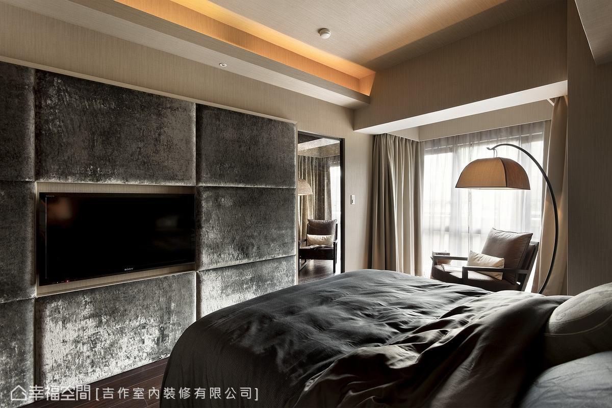 臥房呈現俐落洗鍊感,並透過異材質鋪裝的牆面,替休憩場域增添舒適氣氛。