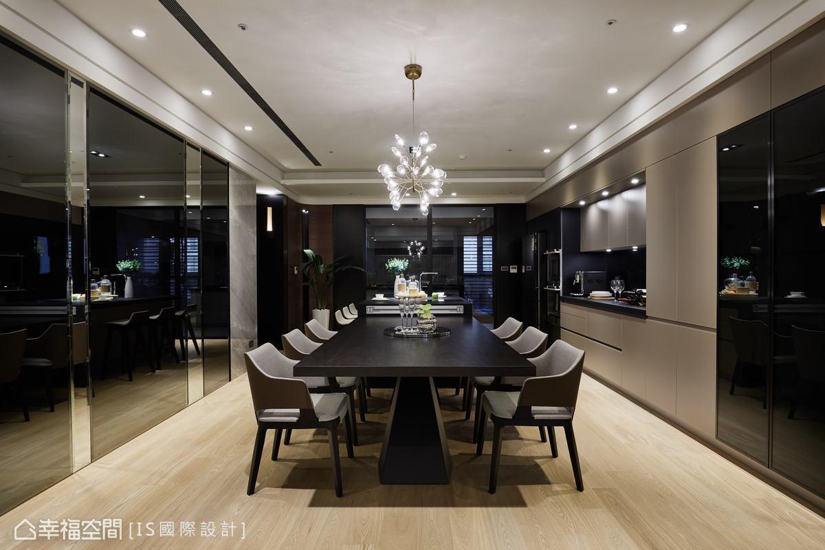 餐廳配置大中島與長桌約4米的長度,於兩側有灰鏡牆、灰玻收納櫃設計,並考量現代人的生活在餐桌的時間越來越長,在中島側邊也安裝網路線,結合機能與華美質感。