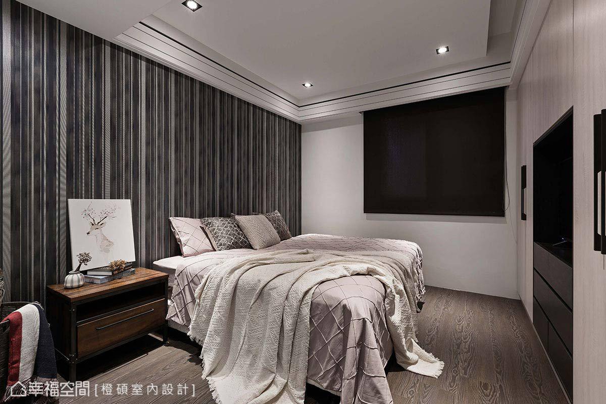 順應屋主母親的風格喜好,床頭鋪貼深色壁紙,搭配同色系窗簾和櫃子,在視覺上形成呼應。
