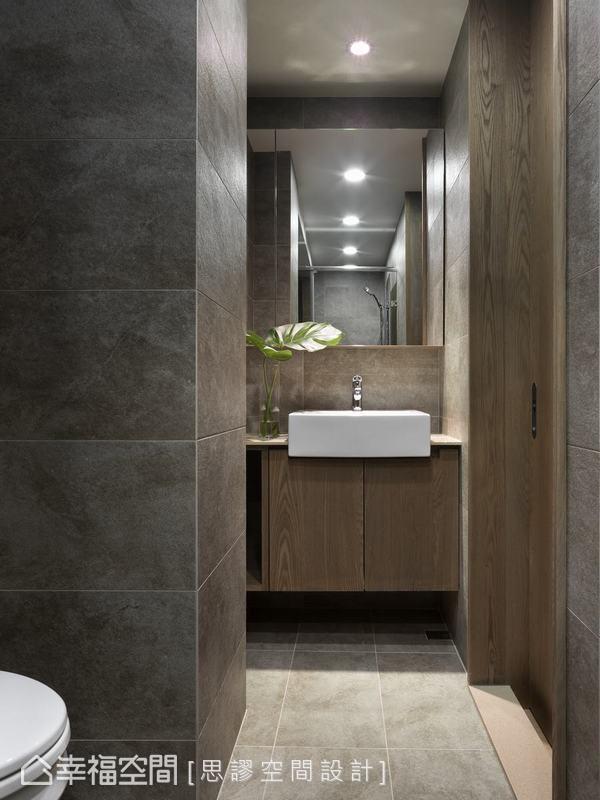 衛浴空間以石材地坪和木質壁面構築成自然療癒場景,讓屋主在洗浴之餘,也能卸下壓力重擔。