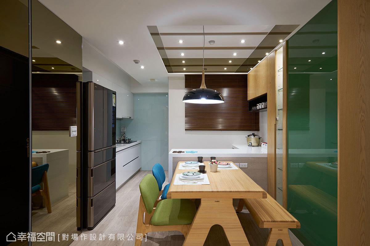 原始格局中,餐桌與吧檯原為一獨立臥房空間,對場作設計大舉拆除牆線,爭取出更為舒適的公共空間。