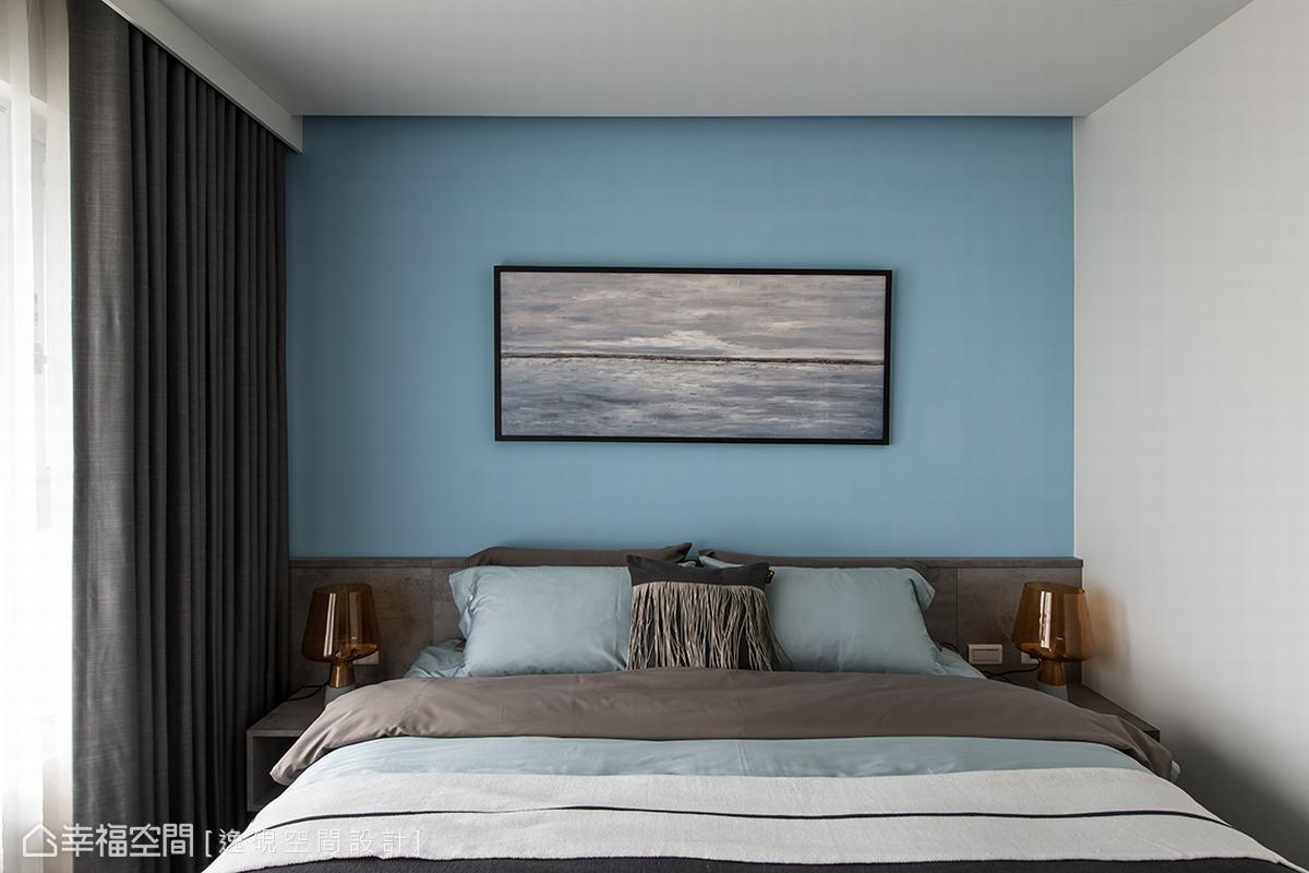 不同於主臥室的沉穩內斂,兒子居住的次臥床頭主牆則以水藍色牆面帶出空間的青春活力,點綴灰色系則勾勒出空間的品味質感。