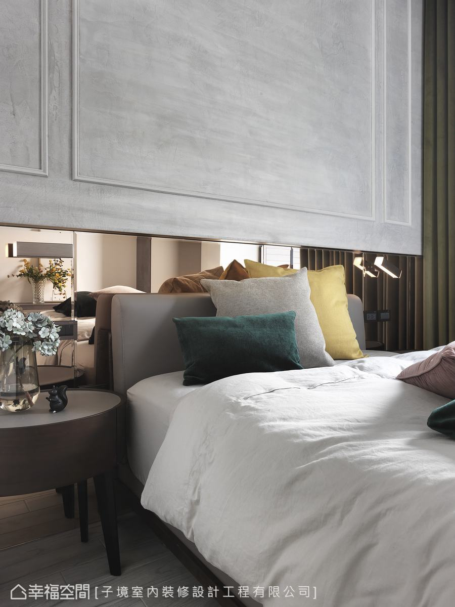 床頭使用仿舊質感的古典線板搭配亮潔鏡面,反襯出古今交織的對比美感。