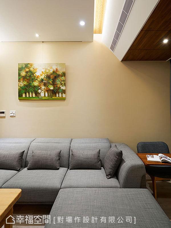 沙發旁設計師李勝雄貼心安排入一張小桌,打破客廳單純休憩的制式想法,閱讀、書寫有了一處人文角落。