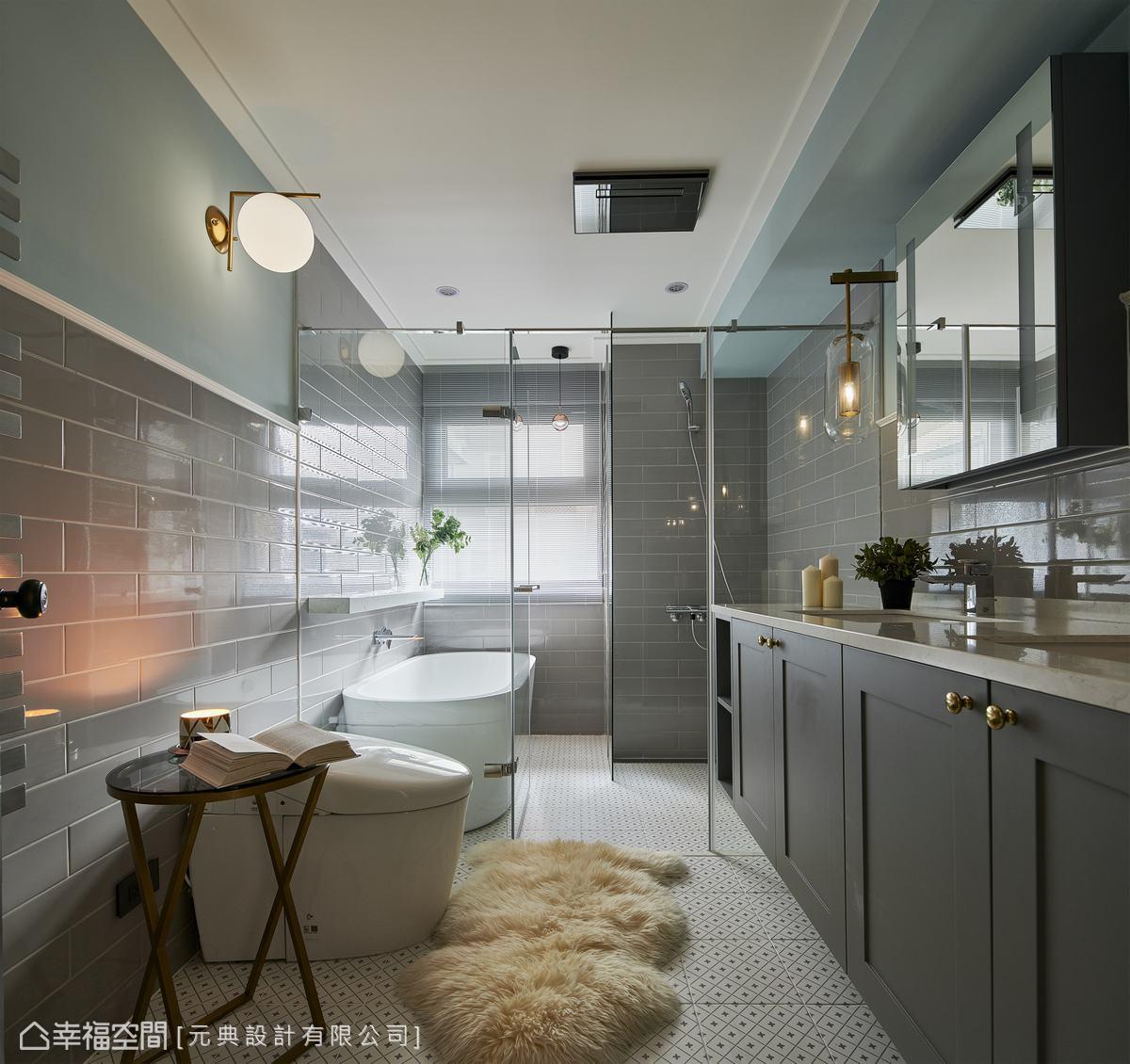 灰色壁磚搭配白色幾何地磚,與金屬質感燈飾相呼應,讓每次的沐浴時光都倍感極致尊寵。