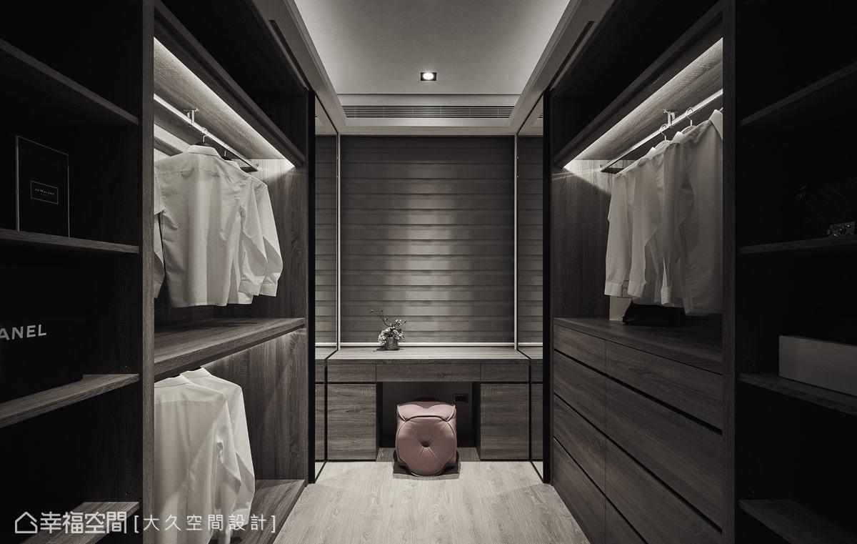 更衣室中除了開放式吊掛衣櫃,抽屜式的收納也十分充足。更衣室盡頭設計了化妝台,機能完善,一應俱全。