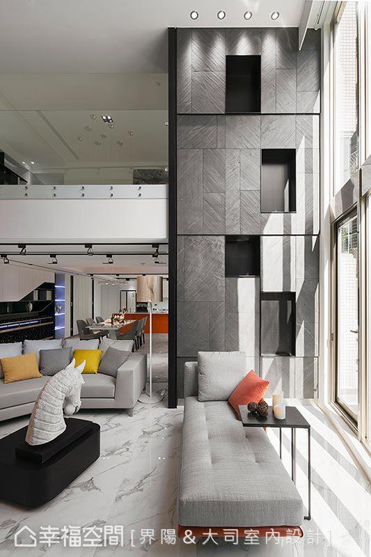兩支高聳柱體形成尷尬的空洞和壓迫感,設計總監馬健凱以石皮拼接及虛實交錯的變化,扭轉柱子的刻板印象,成為襯托挑高六米氣勢的關鍵元素。
