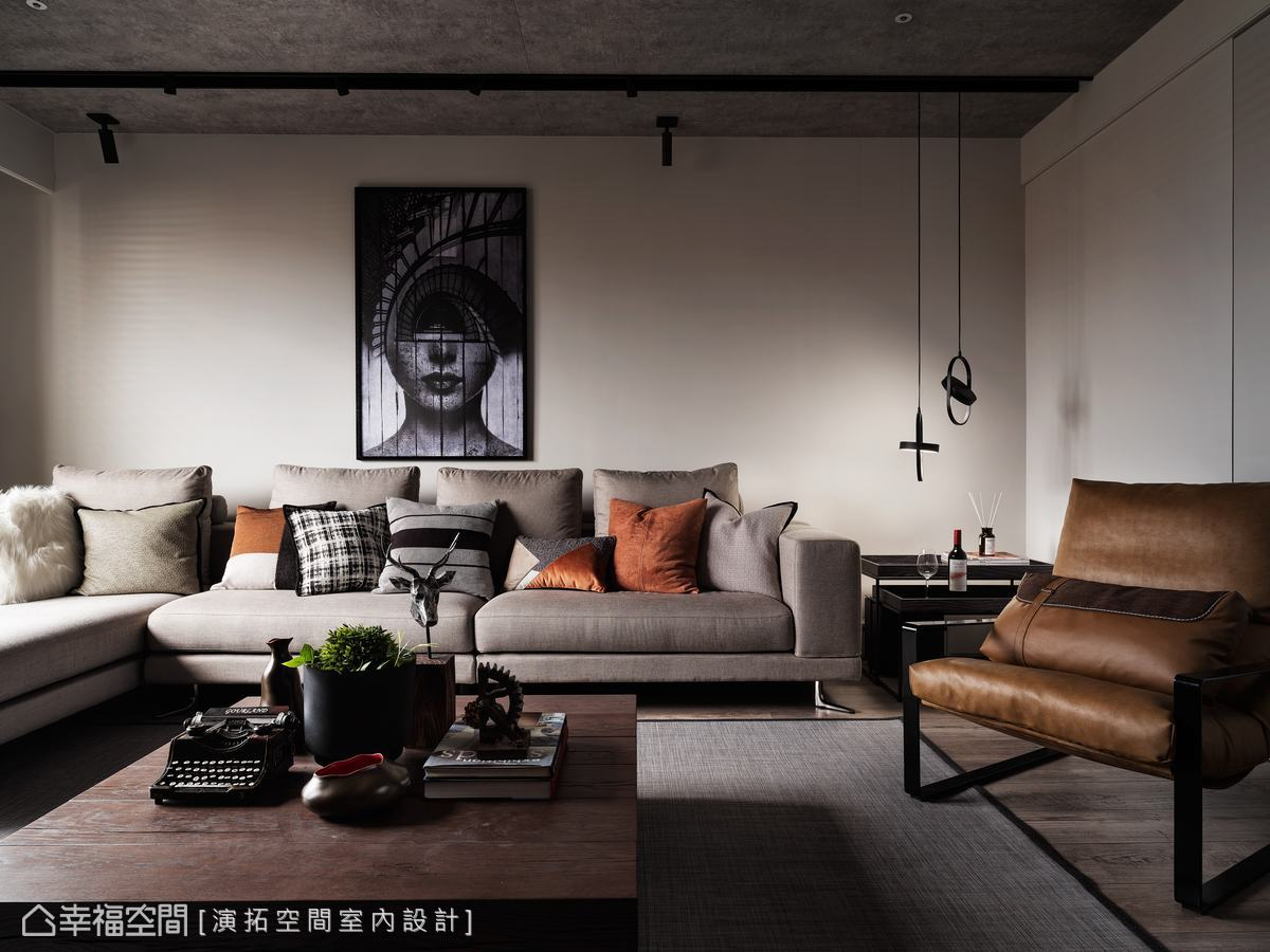 皮革、木質與柔性沙發為深色空間注入融融暖意,調和出溫馨舒適氛圍。