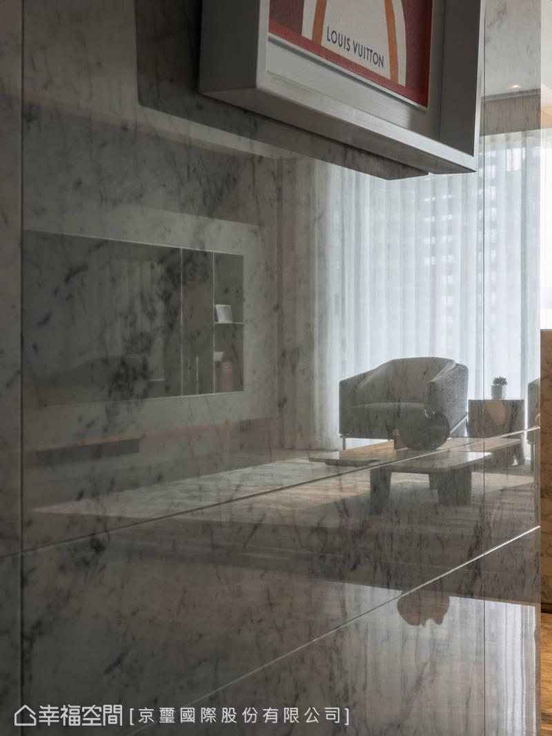 打磨光亮的石材表面,發揮擴展空間視覺的作用。