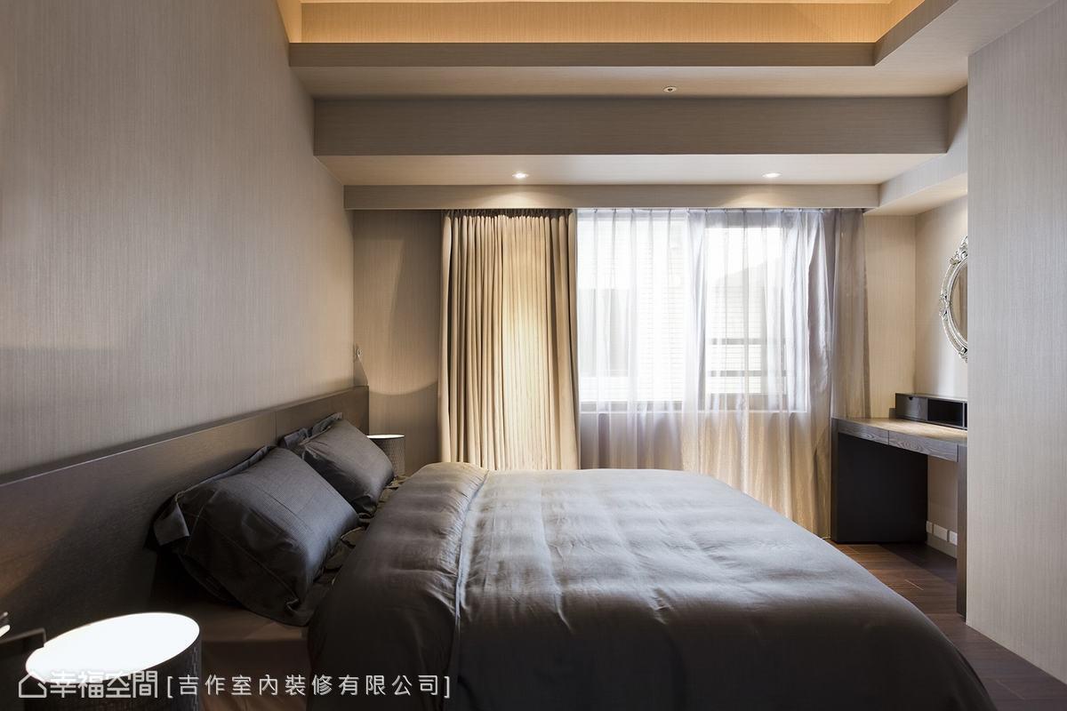 臥房在低彩度的牆面選色與木質調家具交互配合之下,顯現沉穩大器氛圍。