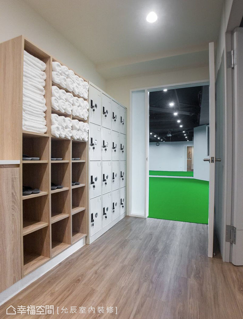 在廊道空間設計白色置物櫃與木質收納櫃,提供學員使用。