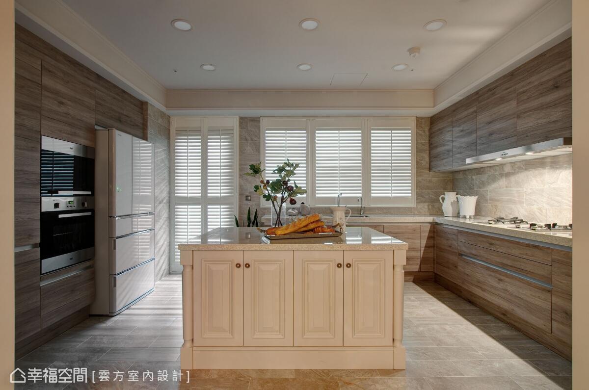 為圍塑完整的古典氛圍,在中島的櫃面的部分以線板設計加以強調,並鋪設義大利復古磚及木百葉窗。