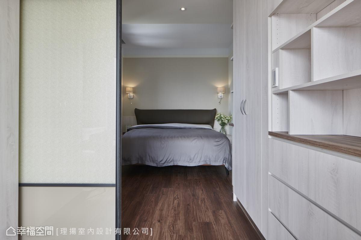 將原有的兩房揉合為單一私領域,並巧妙地區分為睡眠區與更衣休閒區,經由格局的變動打造單純的實用之美。