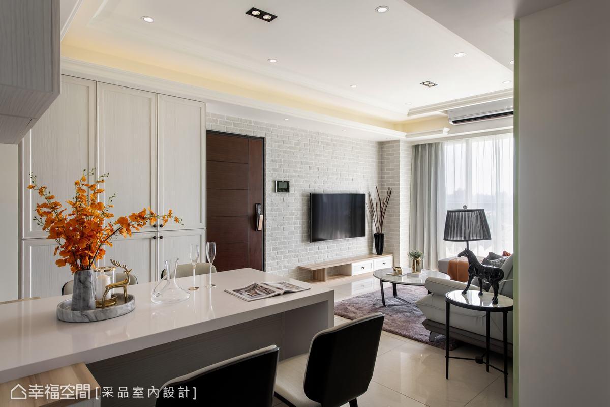 粗糙質樸的文化石鋪排於電視牆,與線條簡明的木質櫃體合力釋放美式休閒的舒適快意。