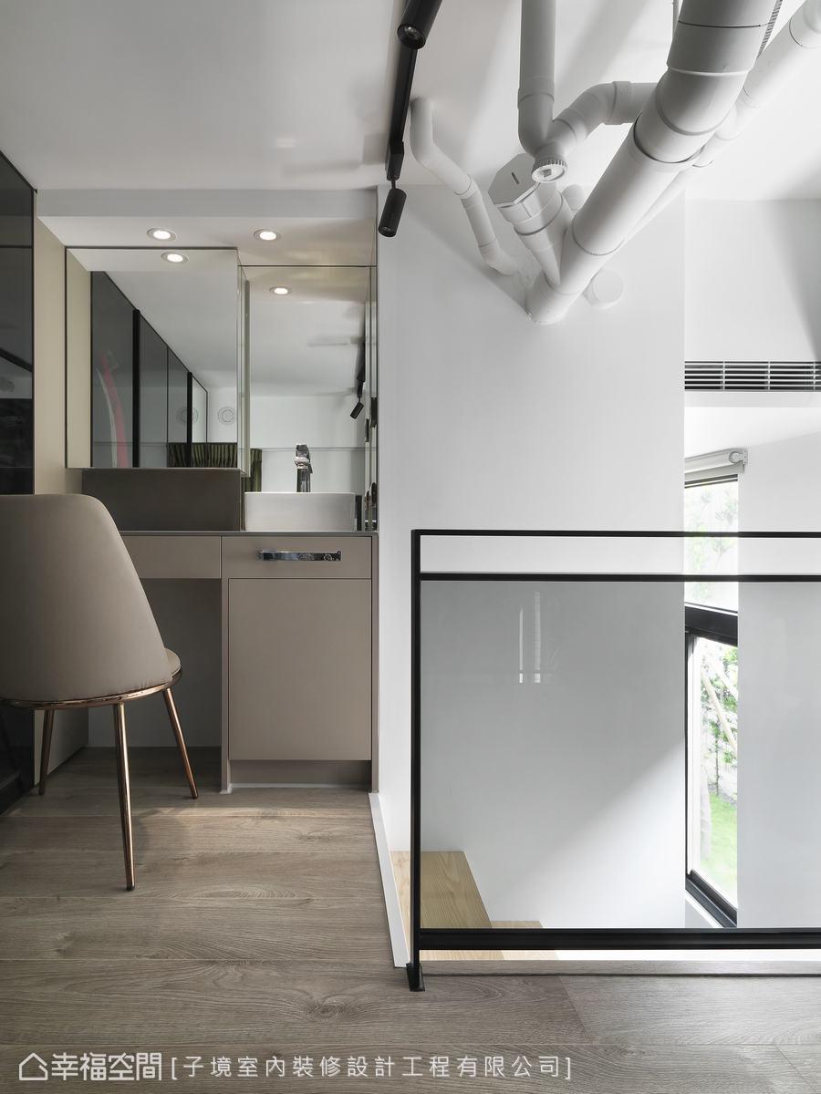 配合屋主使用習慣,與建商充份溝通做出客變,讓屋主不用走到衛浴空間,就能直接在化妝台梳洗儀容。